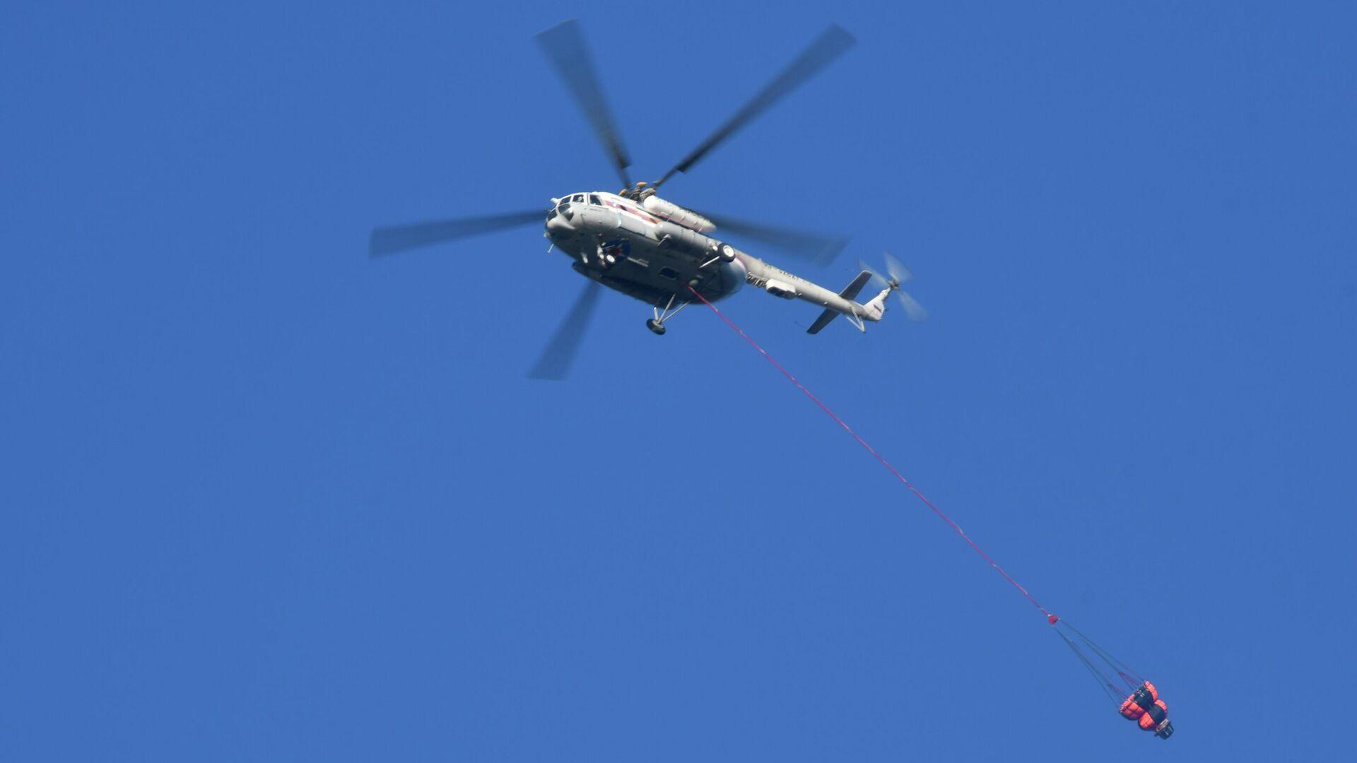 Вертолет Ми-8 МЧС России во время тушения лесных пожаров в заповеднике Утриш недалеко от Анапы - РИА Новости, 1920, 06.12.2020