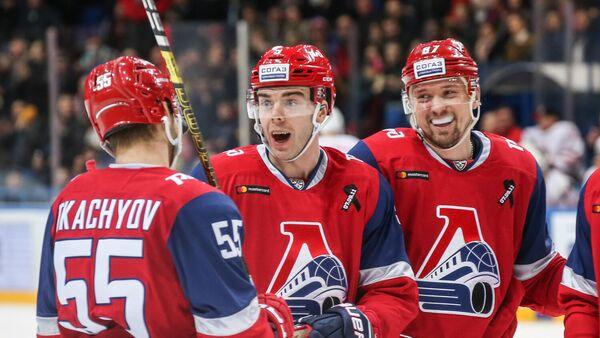 Нападающий Локомотива Магнус Пяярви-Свенссон с партнерами по команде