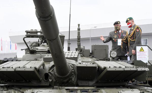 Австрийские военные осматривают танк Т-80БВМ на выставке вооружений Международного военно-технического форума (МВТФ) Армия-2020 в военно-патриотическом парке Патриот