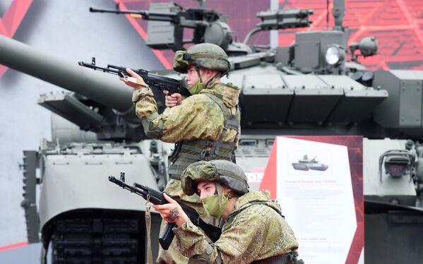 Военнослужащие на выставке вооружений Международного военно-технического форума (МВТФ) Армия-2020 в военно-патриотическом парке Патриот