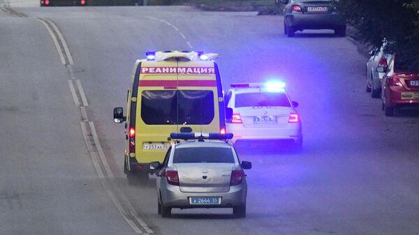 Автомобиль скорой помощи, в котором перевозят политика Алексея Навального, на одной из улиц Омска