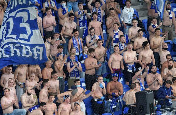 Болельщики Динамо во время матча 5-го тура чемпионата России по футболу