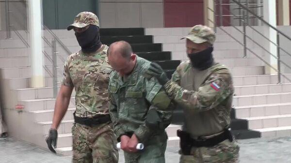 Сотрудники ФСБ РФ с задержанным военнослужащим Ракетных войск стратегического назначения