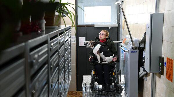 Женщина в инвалидном кресле во время тестирования платформы для маломобильных граждан