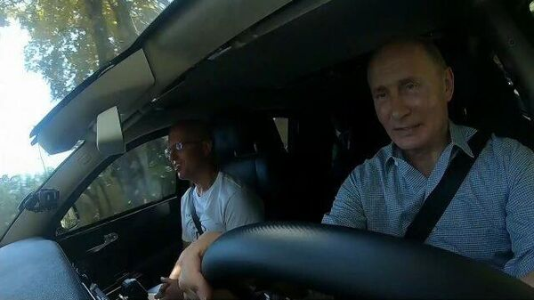 Путин за рулем Aurus проехал по новой трассе Таврида