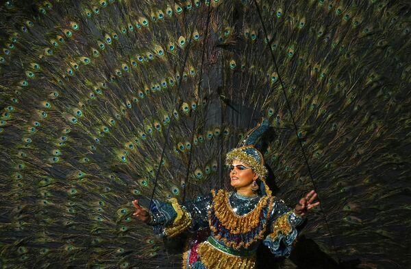 Танцовщица исполняет национальный шриланкийский танец около храма Bellanwila в Коломбо