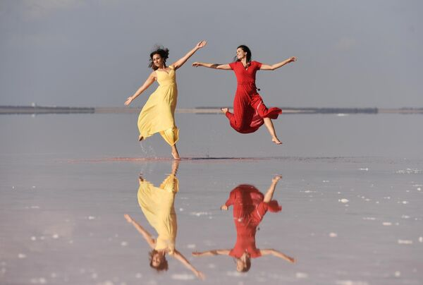 Модели демонстрируют одежду в рамках показа мод на озере Сасык-Сиваш под Евпаторией