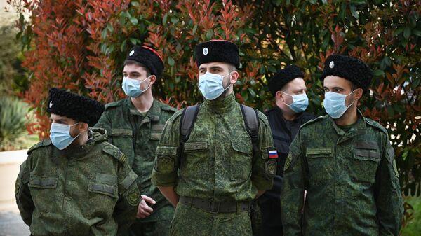 Казаки, входящие в состав мобильного отряда самоконтроля, патрулируют улицы Сочи