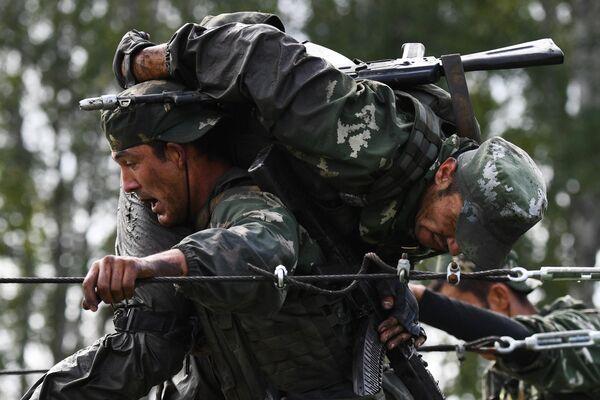 Военнослужащие вооруженных сил Узбекистана во время прохождения этапа Тропа разведчика в конкурсе Отличники войсковой разведки в рамках Армейских международных игр АрМИ-2020
