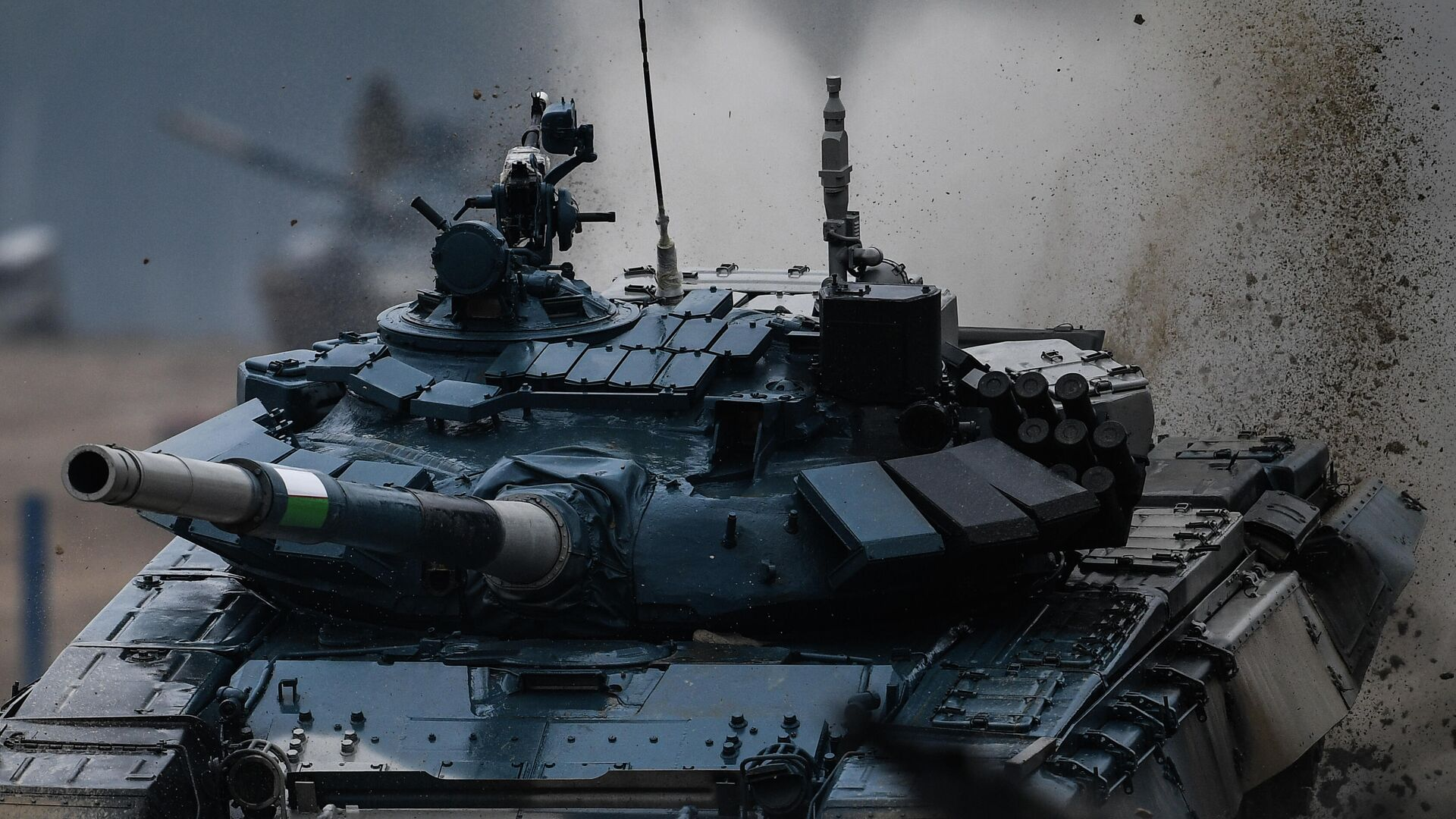 Танк Т-72 команды военнослужащих Узбекистана во время соревнований танковых экипажей в рамках конкурса Танковый биатлон-2020 на полигоне Алабино в Подмосковье в третий день VI Армейских международных игр АрМИ-2020 - РИА Новости, 1920, 01.10.2020