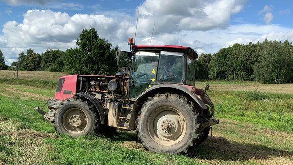 Трактор на поле в Александрии, Белоруссия