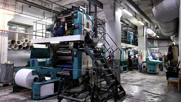 Сотрудники типографии АО Тюменский дом печати во время работы