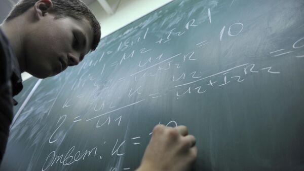 Ученик лицея 1580 при МГТУ им. Н.Э. Баумана у доски на уроке физики.