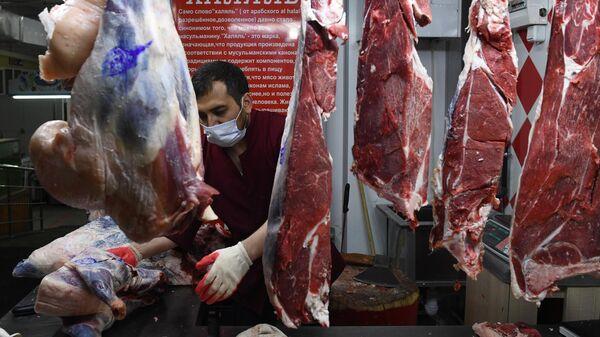 Продавец мяса на Центральном рынке Новосибирска