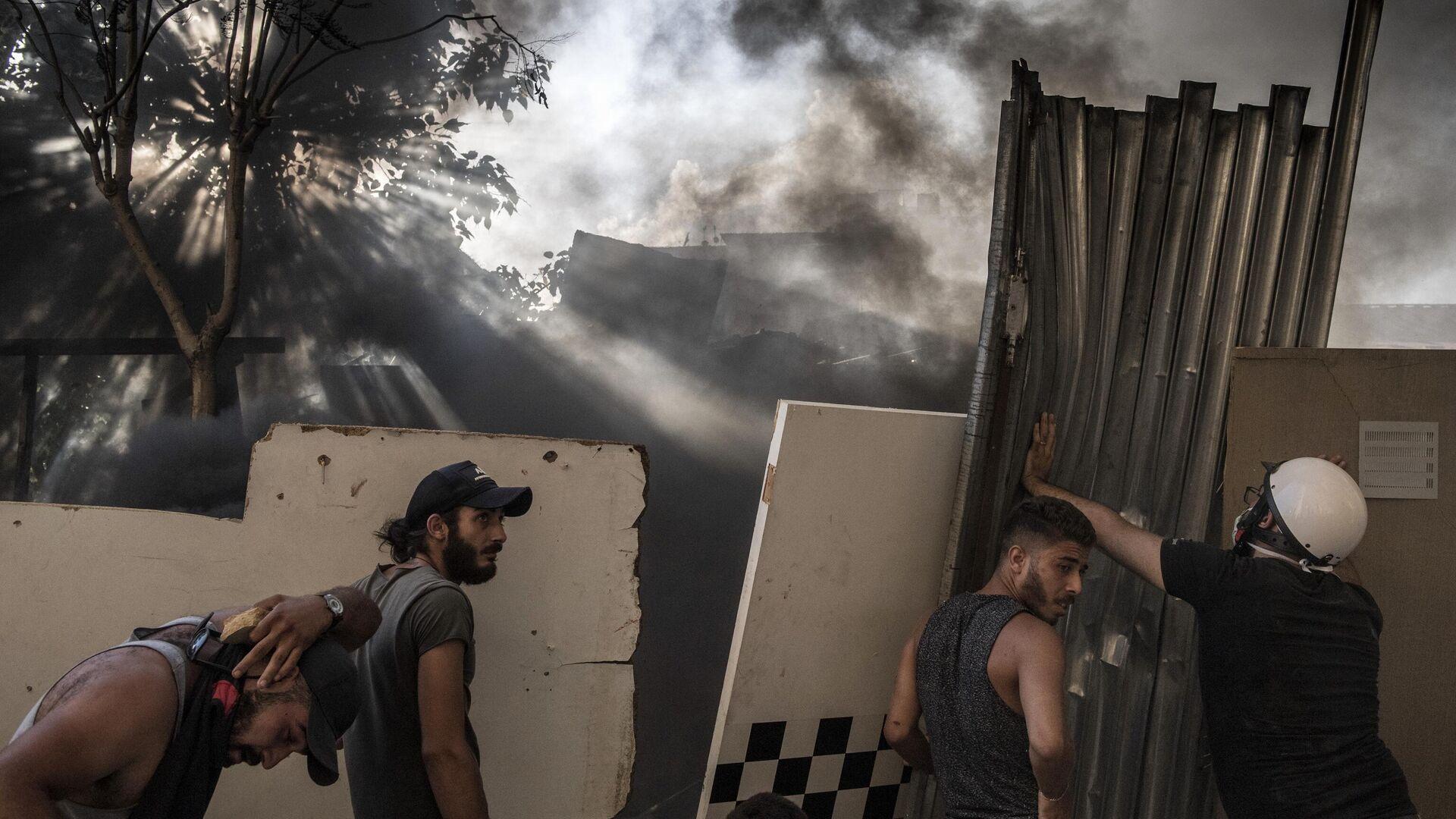 Участники столкновений между демонстрантами и силовиками в Бейруте - РИА Новости, 1920, 08.03.2021