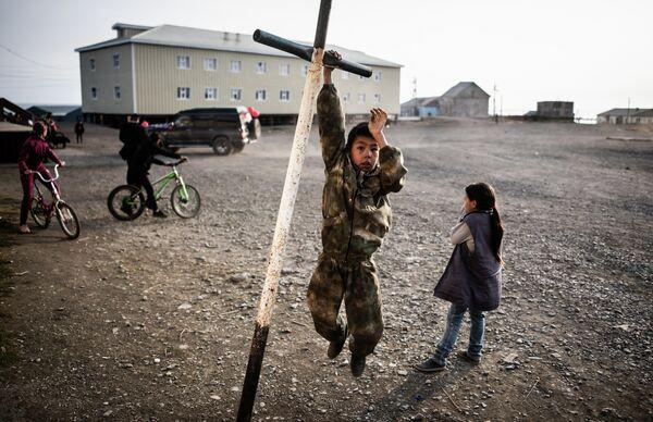 Дети играют на улице чукотского поселка Лорино
