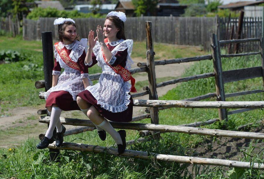 Выпускницы в день последнего звонка около сельской школы