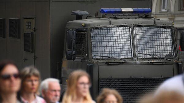 Милицейский автозак на проспекте Независимости в Минске