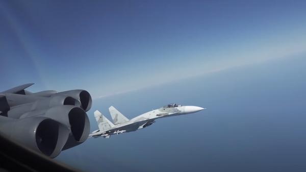 Перехват американского бомбардировщика B-52 российским истребителем Су-27