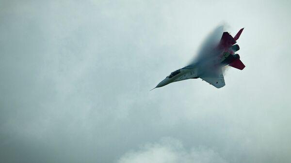 Истребитель МиГ-29 пилотажной группы Стрижи в небе над Кубинкой