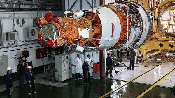 Специалисты предприятий ракетно-космической отрасли готовят аппарат дистанционного зондирования Земли Ресурс-П к пуску на космодроме Байконур