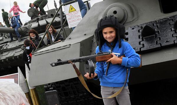 Посетители фотографируются у танка Т-34 на выставке вооружений Международного военно-технического форума (МВТФ) Армия-2020 в военно-патриотическом парке Патриот