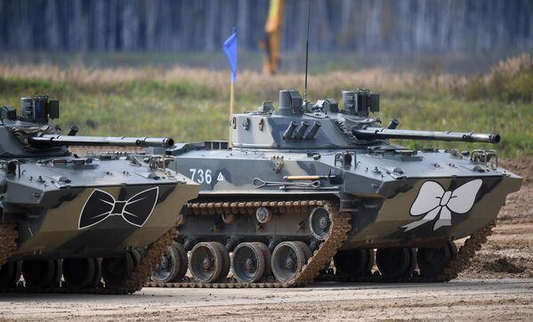 Боевые машины десанта БМД-4М во время динамического показа вооружений, военной и специальной техники мотострелковых войск в рамках МВТФ Армия-2020 в сухопутном кластере на полигоне Алабино в Московской области