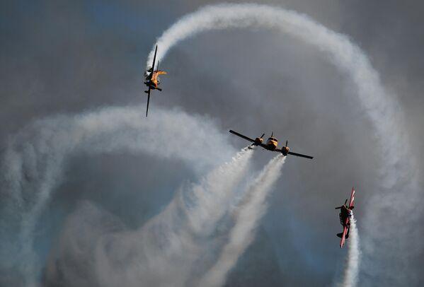 Выступление пилотажной группы Первый полет на самолетах Як-52 и самолете Piper PA-23250  в рамках Международного форума Армия-2020 на аэродроме Кубинка в Подмосковье