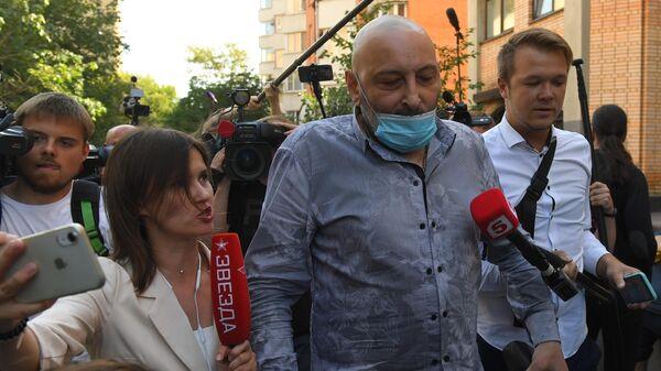 Свидетель Теван Бадасян  у здания Пресненского суда города Москвы,