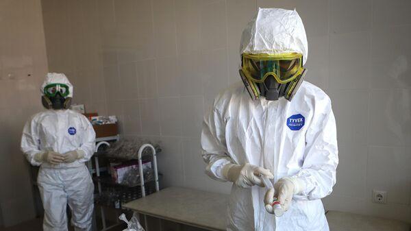 Медицинские работники в госпитале для зараженных коронавирусной инфекцией