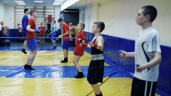 Дети во время занятия боксом
