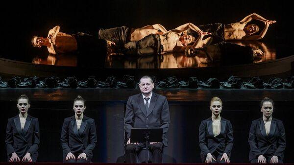 Сцена из спектакля Маузер в постановке Теодороса Терзопулоса в Александринском театре