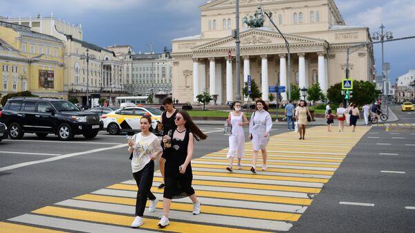 Девушки на пешеходном переходе на Театральной площади в Москве