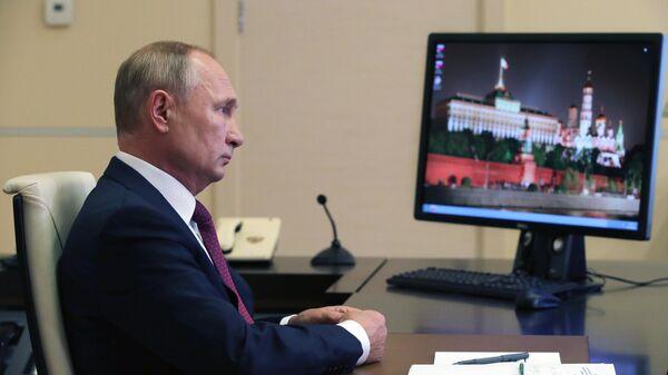 Президент РФ Владимир Путин выступает на Всероссийском открытом уроке Помнить - значит знать в режиме видеоконференции