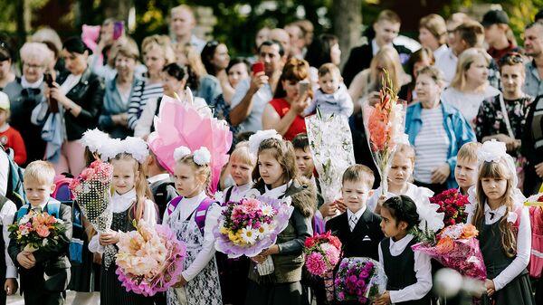 Ученики общеобразовательной школы №24 во время торжественной линейки, посвященной Дню знаний, в Иванове