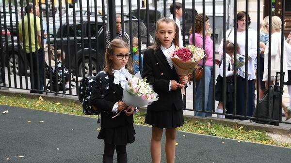 Первоклассницы перед началом праздничной линейки в московской школе №1520 в День знаний