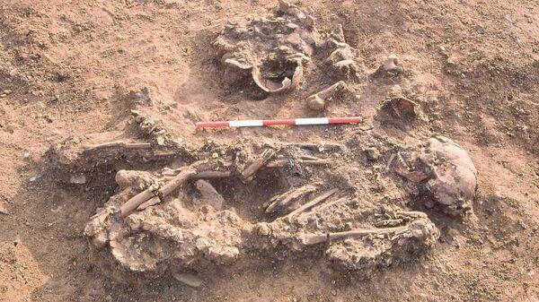 Захоронение женщины вместе с костями нескольких человек, умерших на 60−170 лет раньше нее