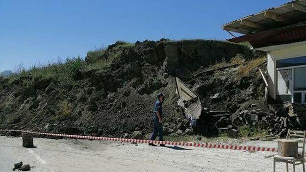 В Акушинском районе Дагестана на 18 км республиканской автодороги Леваши-Акуша сошел оползень