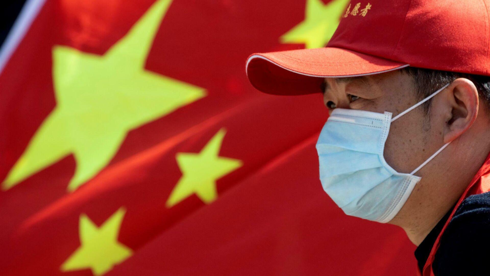 Мужчина на фоне флага Китая - РИА Новости, 1920, 22.11.2020
