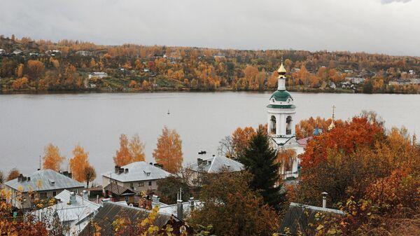 Осень в городе Плёс. Справа колокольня церкви Варвары Великомученицы