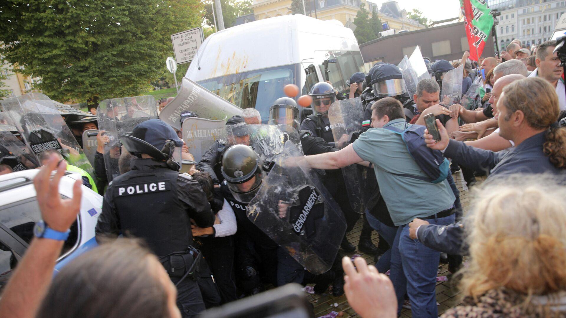 Протестующие во время столкновения с полицией на антиправительственном митинге демонстрации в Софии в Болгарии - РИА Новости, 1920, 17.09.2020