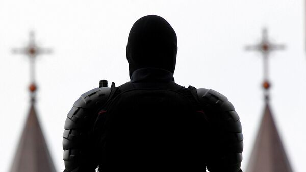 Сотрудник правоохранительных органов на площади Независимости в Минске