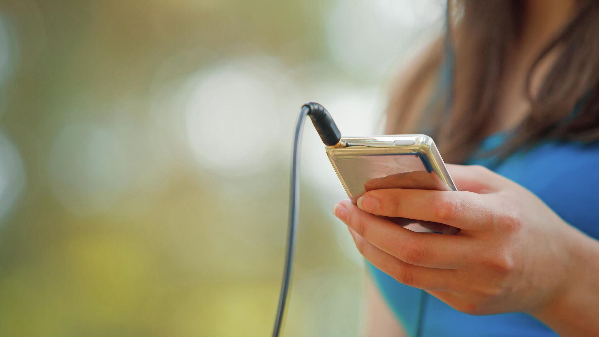 Девушка слушает музыку на iPod - РИА Новости, 1920, 14.09.2020