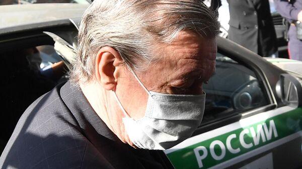 Актёр Михаил Ефремов выходит из автомобиля у здания Пресненского суда Москвы
