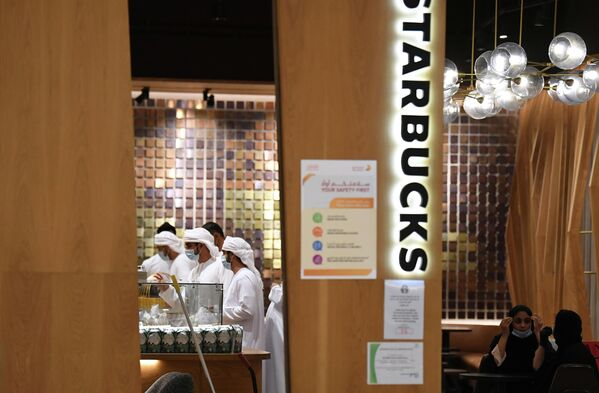 Посетители кафе в Дубае, ОАЭ