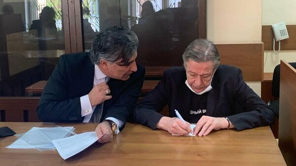 Актер Михаил Ефремов с адвокатом в зале Пресненского районного суда