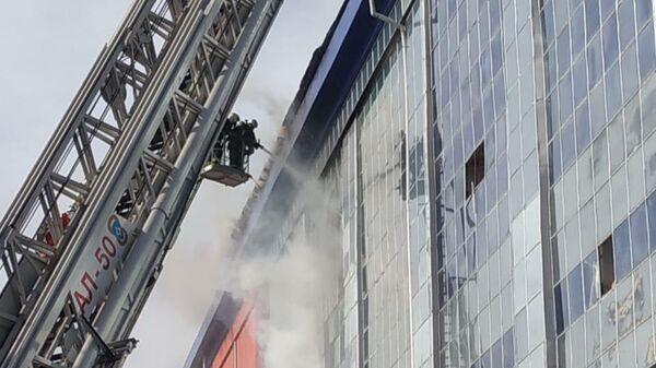 Сотрудники МЧС во время тушения пожара на улице Карла Либкнехта в Калуге