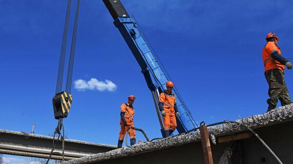 Рабочие во время капитального ремонта моста