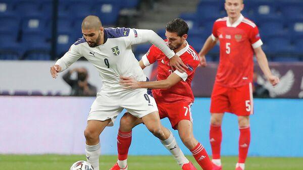 Нападающий сборной Сербии Александар Митрович (слева) и полузащитник сборной России Магомед Оздоев