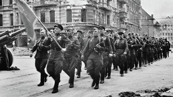 Колонна советских воинов марширует по берлинским улицам, 7 сентября 1945